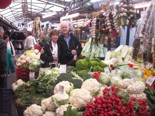 Paret Magda och Bengt Olsén på marknaden
